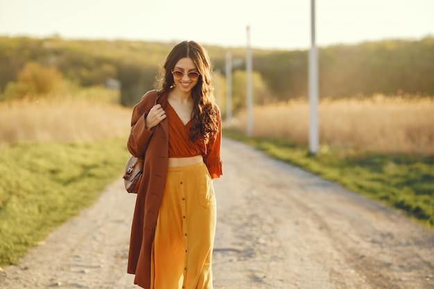 Femme élégante, passer du temps dans un champ d'été