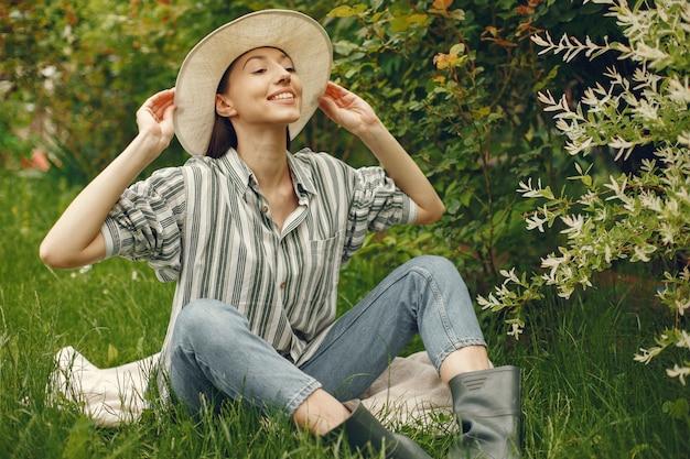 Femme élégante, passer du temps dans un parc printanier