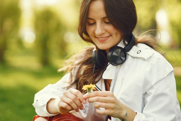 Femme élégante, passer du temps dans un parc de printemps