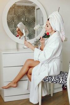 Femme élégante en peignoir