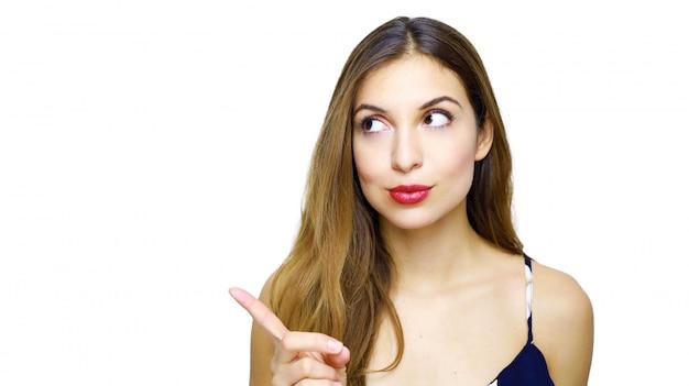Femme élégante pointant le doigt et regardant sur le côté
