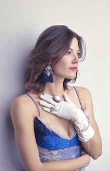 Femme élégante portant des bijoux vintage
