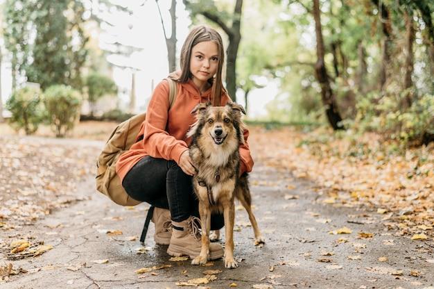 Femme élégante en promenade avec son chien
