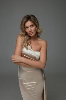 Femme élégante en robe longue brillante