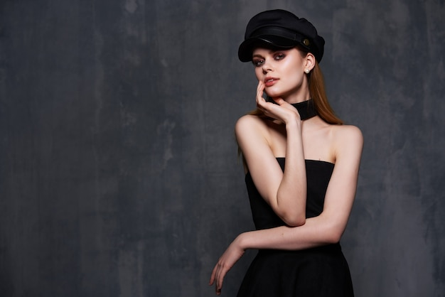 Femme élégante en robe noire mode style de vie studio de luxe