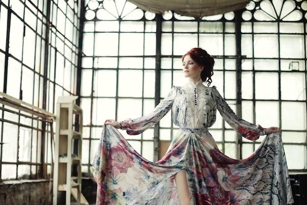 Femme élégante en robe romantique