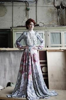 Femme élégante en robe romantique.