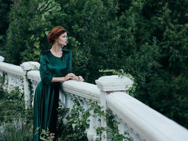 Femme élégante robe verte architecture nature romance luxe