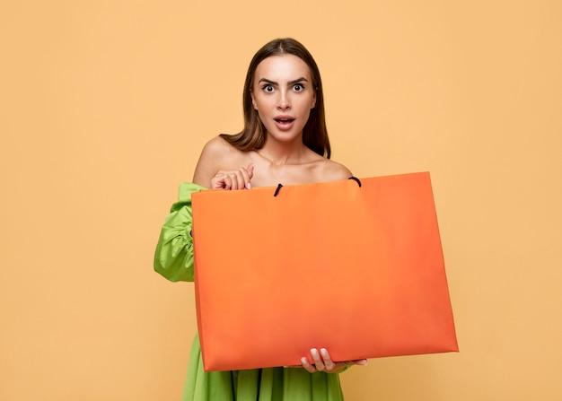 Femme élégante avec des sacs à provisions