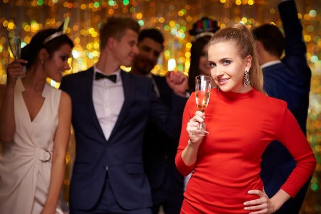 Femme élégante et ses amis célébrant le nouvel an