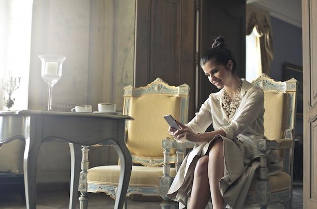 Femme élégante avec smartphone