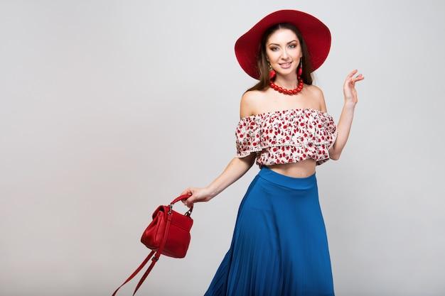 Femme élégante en tenue d'été isolée posant dans la tendance de la mode isolée