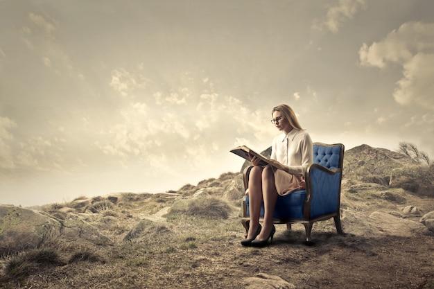 Femme élégante en train de lire