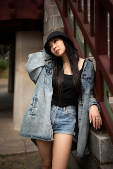Femme élégante en vêtements k-pop en scène urbaine