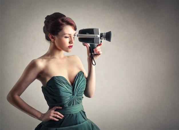 Femme élégante avec un vieil appareil photo
