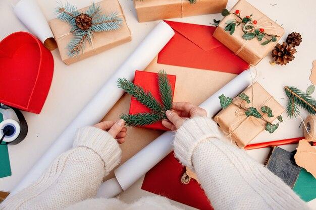 Femme, emballage, cadeau, noël, table