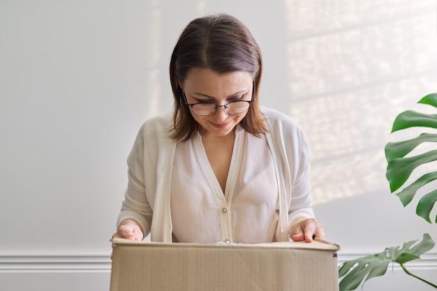 Femme avec emballage emballé, boîte en carton