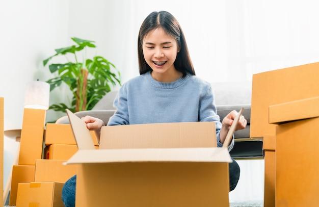 Femme emballer le produit et l'envoyer au client.