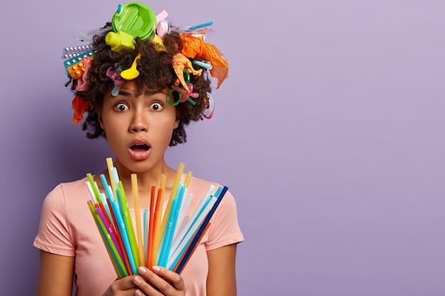 Femme embarrassée posant avec des ordures dans ses cheveux