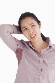 Femme embarrassée avec des taches de sueur