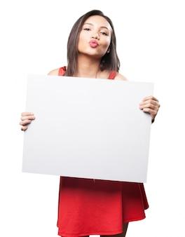 Femme embrassant avec une affiche