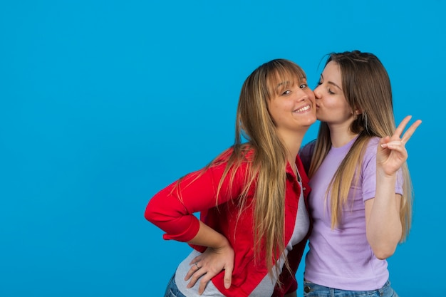 Femme embrassant sa petite amie d'enfance
