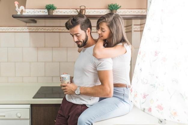 Femme, embrasser, petit ami, à, tasse