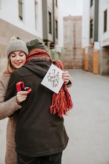 Femme, embrasser, petit ami, tenue, serviette, anneau