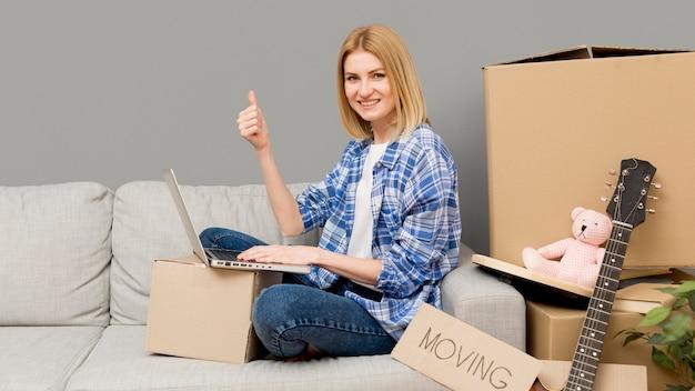 Femme emménageant dans une nouvelle maison