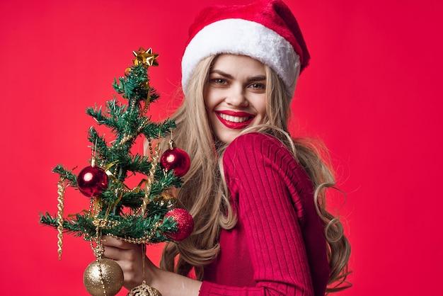 Femme émotionnelle décoration noël vacances sur fond rose