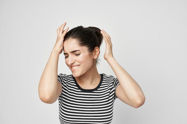 Femme émotionnelle inconfort mal de dents traitement dentaire fond clair. photo de haute qualité