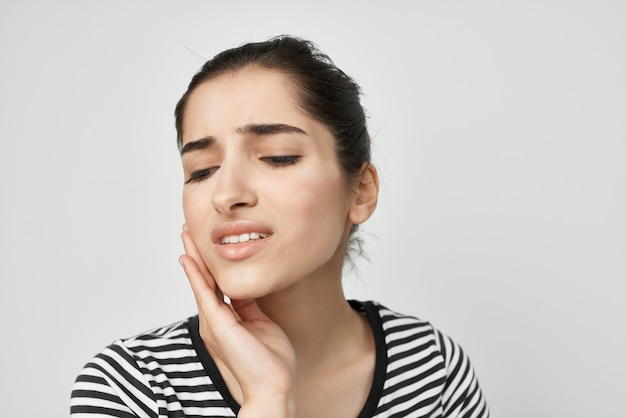 Femme émotionnelle inconfort mal de dents traitement dentaire fond isolé