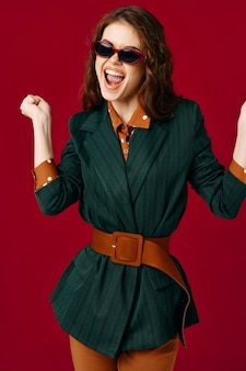Femme émotionnelle joyeuse gesticulant avec fond isolé de mode veste mains. photo de haute qualité