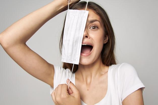 Femme émotionnelle avec masque médical sur son visage et bouche ouverte