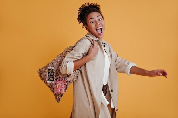 Femme émotionnelle posant avec sac à cordes