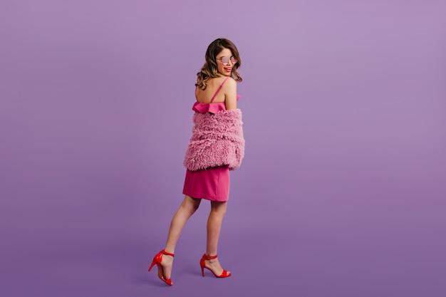 Femme émotionnelle posant en tenue rose
