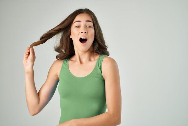 Femme émotive avec le choc de trouble d'insatisfaction de bouche ouverte