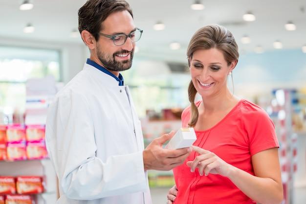 Femme enceinte, achats, dans, pharmacie