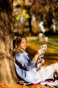 Femme enceinte assise dans le parc automne