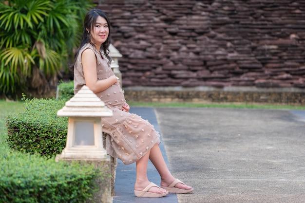 Femme enceinte au repos dans le jardin