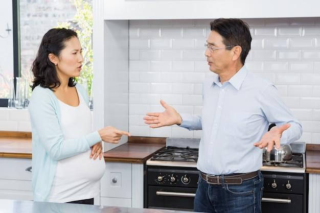 Femme enceinte ayant une dispute dans la cuisine