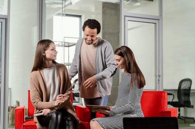 Femme enceinte ayant une réunion d'affaires
