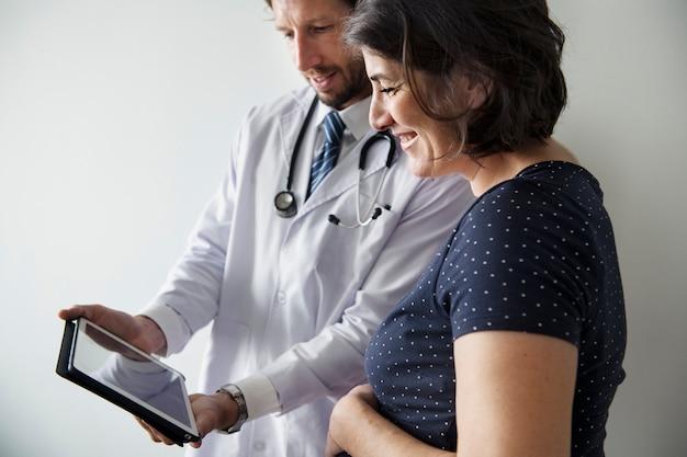 Femme enceinte ayant un suivi fœtal par un médecin