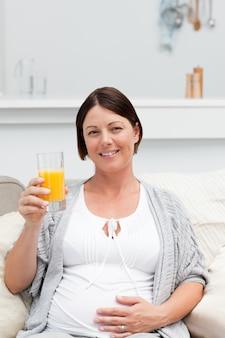 Femme enceinte, boire, oranje, jus