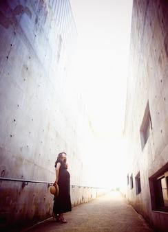 Femme enceinte cherche quelque part entre un grand bâtiment