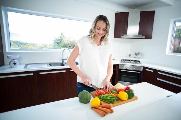 Femme enceinte, couper, legumes, cuisine