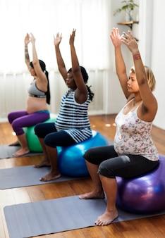 Femme enceinte en cours de yoga