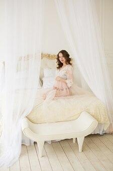 Femme enceinte, dans, blanc, assied lit