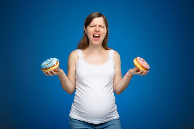 Femme enceinte avec une dépendance aux beignets pour manger du sucre, des conseils sur les aliments à manger