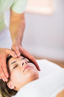 Femme enceinte détendue recevant un traitement reiki